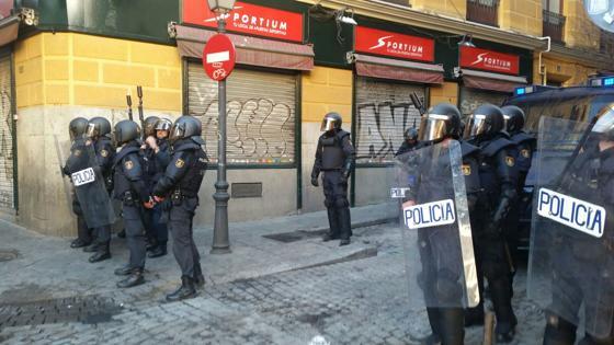 Los UIP en el acceso a la calle del Olivar
