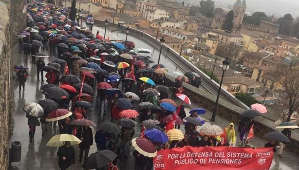 Los manifestantes llegaron hasta la plaza del Ayuntamiento. En la imagen, avanzando hacia Zocodover