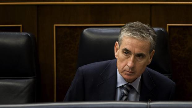 Ramón Juregui en su escaño en los tiempos de ministro
