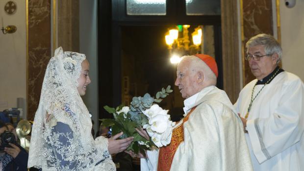 La Fallera Mayor Infantil ofrece su ramo a la Virgen de los Desamparados en la Basílica