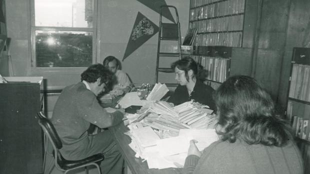 Trabajadores de Cope en la década de los 60 seleccionan cartas de los oyentes