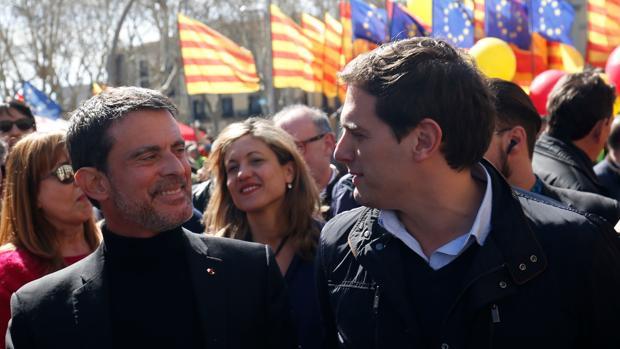 Manuel Valls, junto a Albert Rivera en la manifestación de este domingo