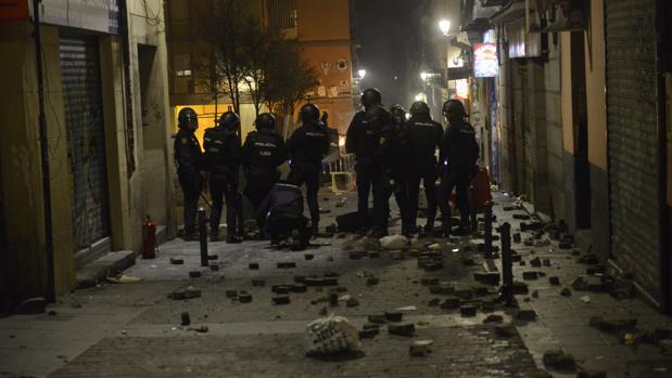 Efectivos de la Policía Nacional, la noche del jueves durante las revueltas en Lavapiés