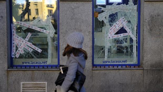 Uno de los comercios de Lavapiés, con los escaparates destruidos