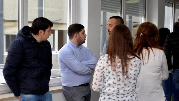 El acusado, junto a sus amigos, este pasado martes en los juzgados de Palencia