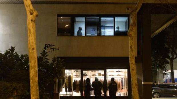 El raptor la retuvo en el despacho (ventana superior) mientras los Mossos (abajo) esperaban a intervenir