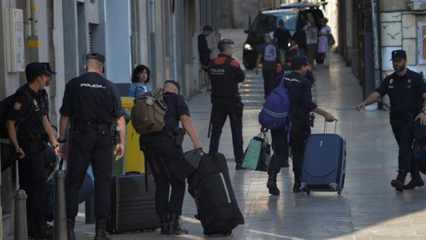 Agentes de la Policía Nacional abanando sus hoteles en Reus el pasado 5 de octubre
