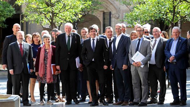 Puigdemont y Romeva, en un acto con parlamentarios internacionales invitados por Diplocat un día antes del 1-O