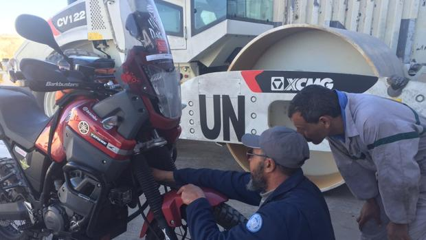 Un mecánico de la Minurso arregla una moto en talleres de la ONU en el Sáhara