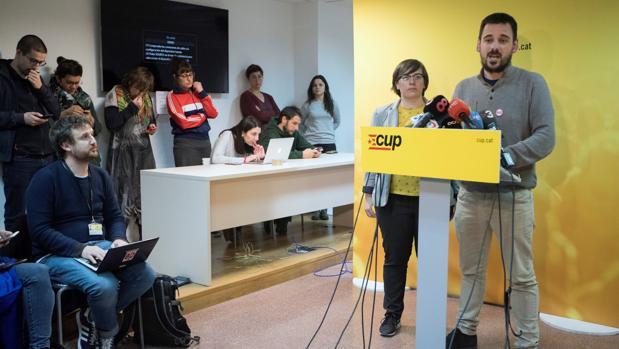 Lluc Salellas y Mireia Boya explicaron su postura en la sede de la CUP
