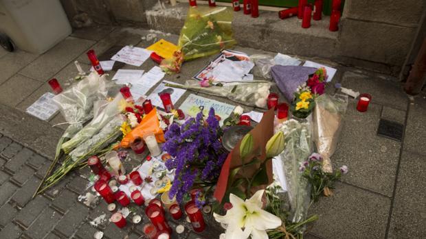 Velas y flores en el portal de la vivienda en la que residía el mantero senegalés muerto por fallo cardiaco en Lavapiés