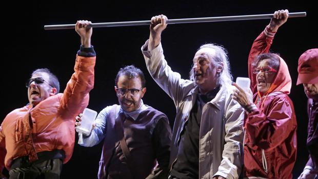 Ramón Fontseré junto a los demás actores que participan en «Zenit»