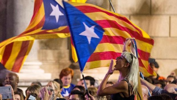Cientos de personas celebran la independencia unilateral el 27 de octubre en la plaza de San Jaime de Barcelona
