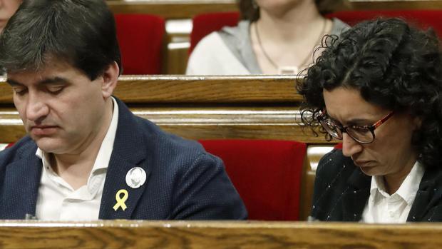 Los dirigentes de ERC Marta Rovira y Sergi Sabrià ayer en el Parlament