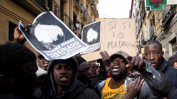 Concentración en la plaza de Nelson Mandela, en el barrio madrileño de Lavapiés, para protestar por la muerte del mantero senegalés Mmame Mbage