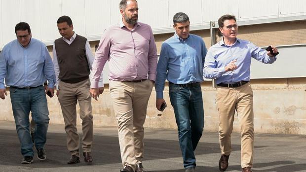Empleados,y directivos de la filial de Capisa en Tenerife con el consejero de Ganadería (c), Narvay Quintero