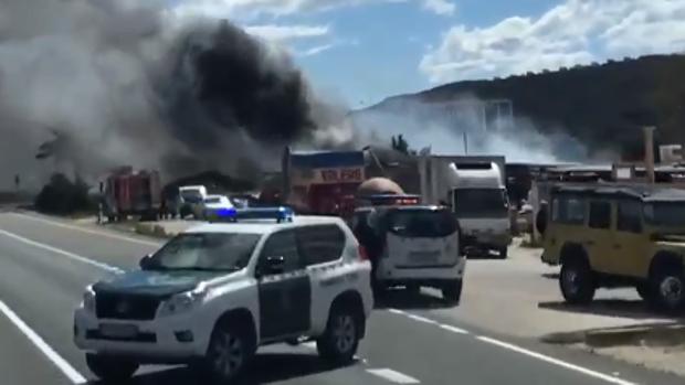 Humareda provocada por el incendio entre dos gasolineras en Pedreguer