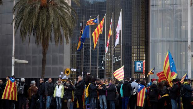 Miles de personas se han concentrado esta tarde ante el consulado de Alemania en Barcelona para protestar por la detención de Puigdemont
