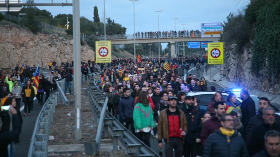 Un momento de la concentración que ha cortado la AP-7 en Tarragona para protestar por la detención del expresidente catalán Carles Puigdemont