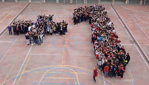 Alumnos del Salesianos Deusto forman un «+1» para denunciar la discriminación en la Red