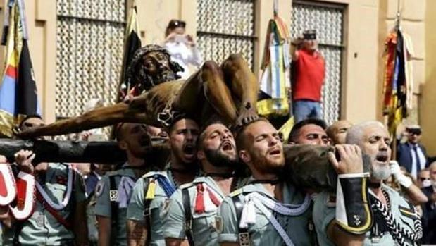 Soldados de la legión desfilan en una procesión