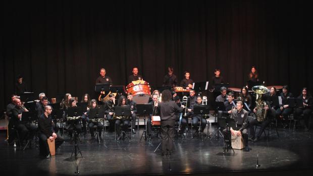 Un momento de la actuación de la Colla El Falçó en el Auditori Teulada Moraira
