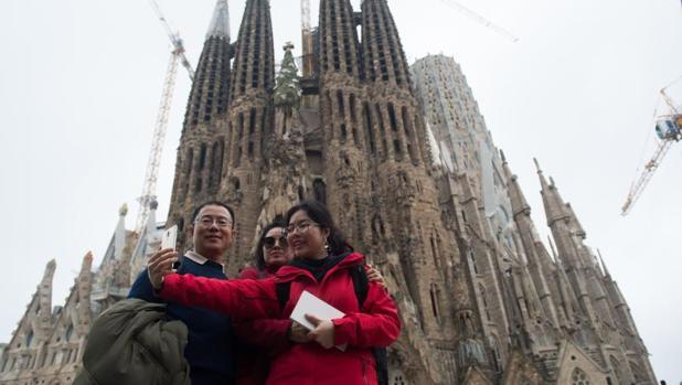 Un grupo de turistas, ante la Sagrada Família