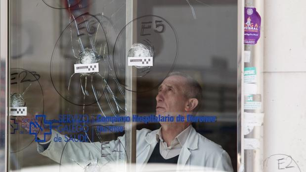 Impactos de bala en la puerta del Complexo Hospitalario Universitario de Orense
