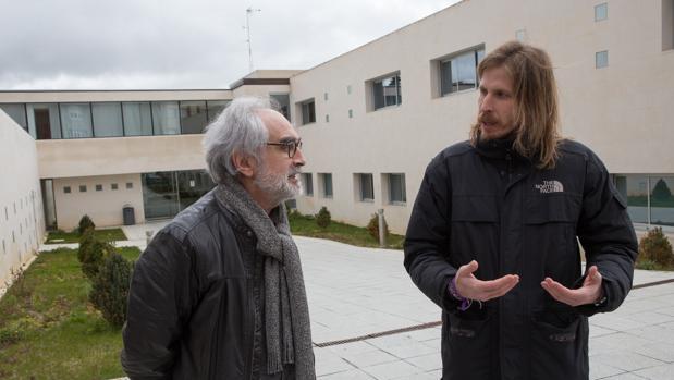El portavoz de Podemos en las Cortes de Castilla y León, Pablo Fernández, y el secretario general municipal de Podemos Zamora, Braulio Llamero, este miércoles en la localidad de Benavente