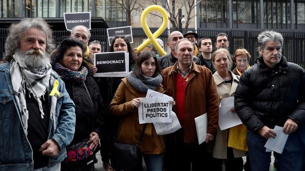 Miembros de Madrileños por el Derecho a Decidir, ayer, frente a la Embajada alemana en España