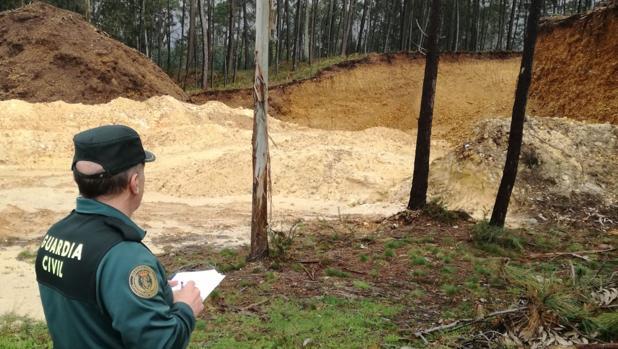 Un agente observando el corrimiento de tierras en el entorno de la Mina de Medas