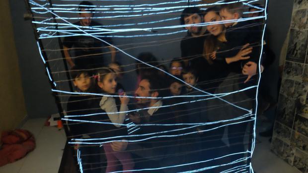Actividad de danzaterapia a partir de los hilos de luz celebrada en el centro Entelequia