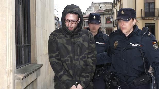 El acusado, esta mañana a su llegada a la Audiencia Provincial de León