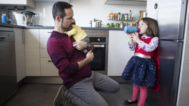 Un padre cuidadondo de sus hijos