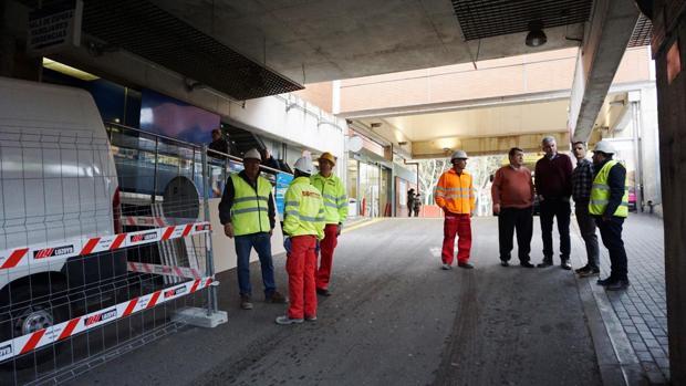 Operarios en el túnel de Urgencias del Virgen de la Salud