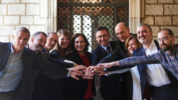 Colau y Bartomeu posan junto a representantes de todos los partidos políticos menos la CUP