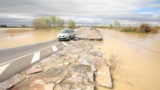 Una carretera atrapada por as aguas desbordadas del Ebro cerca de Boquiñeni (Zaragoza)