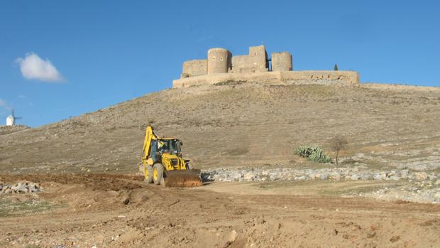 Trabajos de explanación del terreno en la falda del cerro Calderico