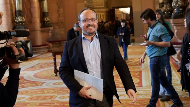 El diputado popular en los pasillos del Parlament