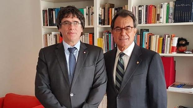 El expresidente catalán Artur Mas con el expresidente Carles Puigdemont