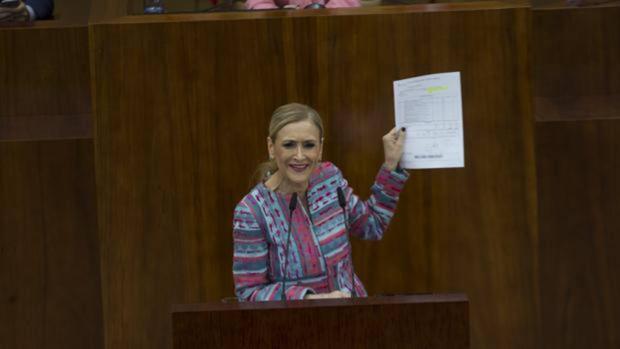 Cristina Cifuentes, en el pleno de la Asamblea de Madrid, mostrando la matrícula de su máster