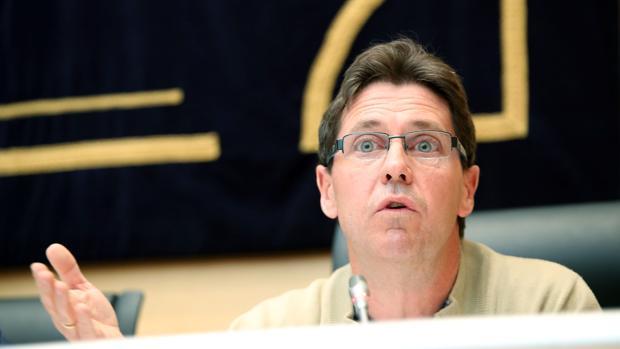 El presidente de la Comisión de Control de Caja de Ahorros y Monte de Piedad de Ávila, Fernando Martín, durante su comparecencia en la Comisión de investigación de las cajas en las Cortes