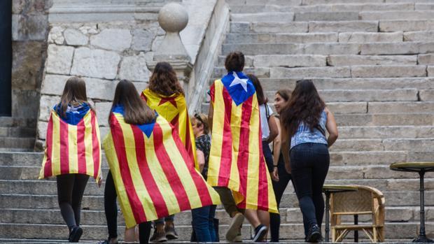 Jóvenes paseando por Gerona con banderas independentistas