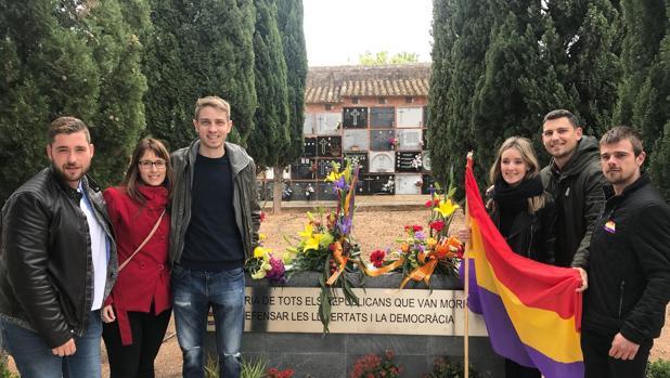Imagen de varios integrantes de Joves Socialistes en el cementerio de Pego