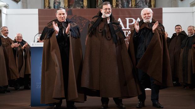 Rajoy, vestido con la tradicional capa de honras que recibió en la Diputación de Zamora