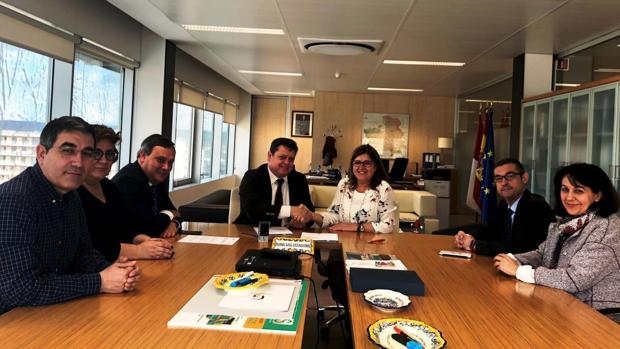 Reginal Leal y Félix Ortega, en el centro, tras firmar el acuerdo en el edificio del Sescam en Toledo