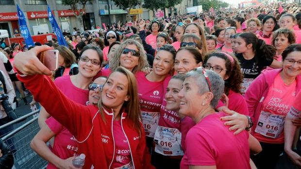 La nadadora Mireilla Belmonte se hace un selfie con otras coredoras en la Carrera de la Mujer