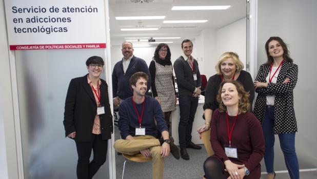 El equipo de profesionales del Servicio Regional de Atención en Adicciones Tecnológicas