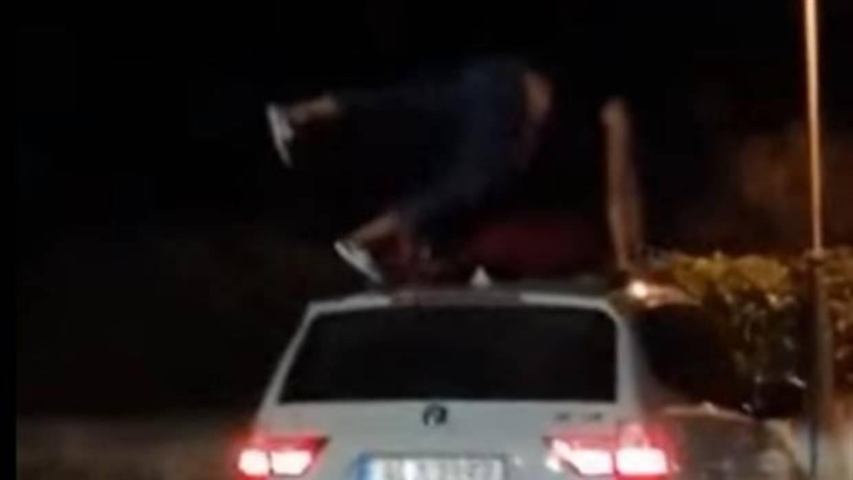 El vídeo de dos chicas bailando encima de un coche en marcha que arrasa en Facebook