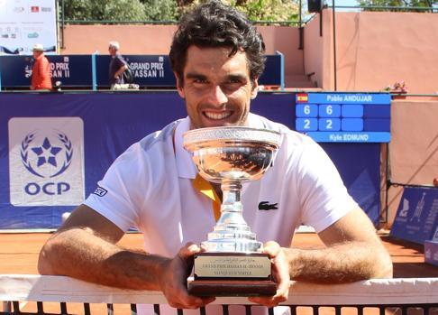 Pablo Andújar posa con el trofeo de ganador del ATP 250 de Marrakech
